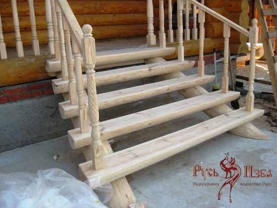 Лестница на крыльцо из дерева фото